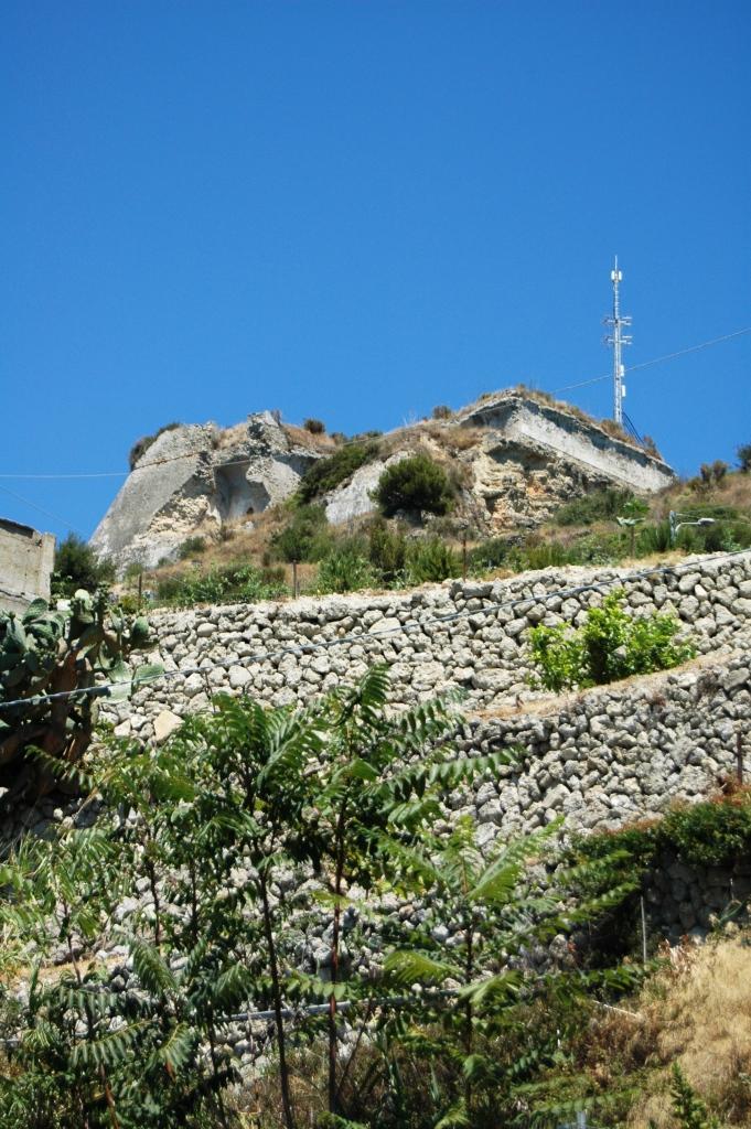 Veduta parziale dello stato attuale delle rovine di Forte S. Paolo di Ventimiglia (IM), citato nell'articolo