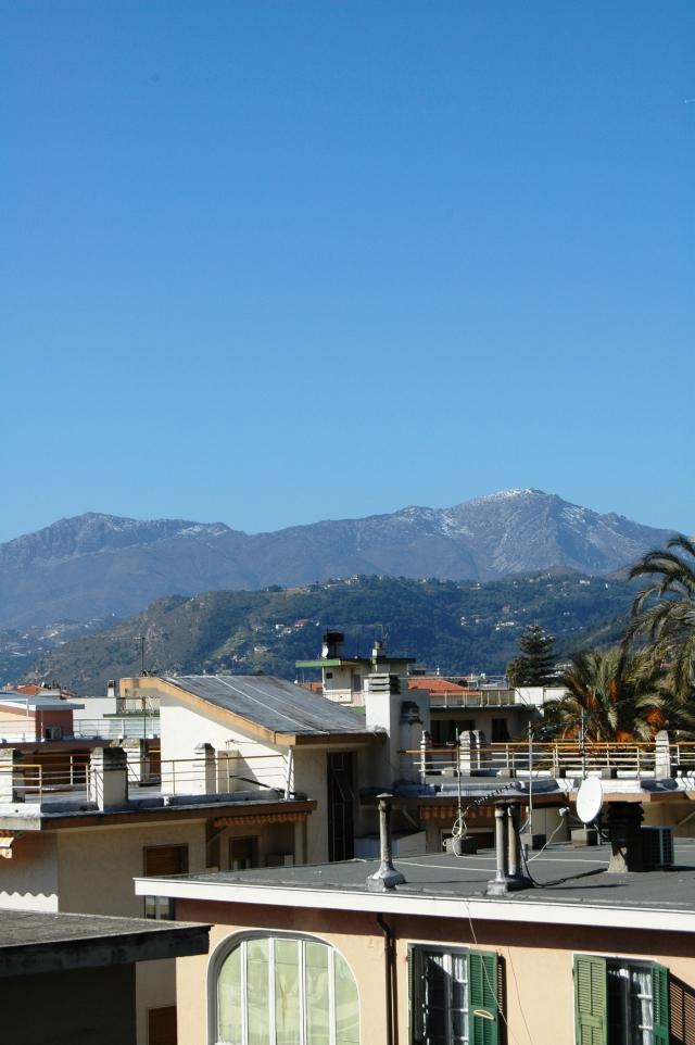 Uno scorcio di Bordighera (IM) e zona: sullo sfondo montagne, Cima Longoira e Gramondo, che fanno parte della frontiera naturale con la Francia