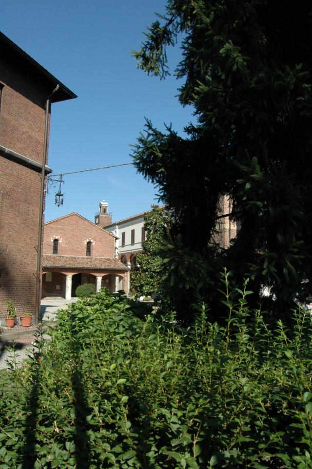 Questo piccolo edificio dell'XI secolo insiste nel Cortile della Canonica di S. Ambrogio, quest'ultimo un complesso progettato dal Bramante, ancorché su disegno non completamente realizzato, e grandemente restaurato dopo i danni subiti nell'ultima guerra