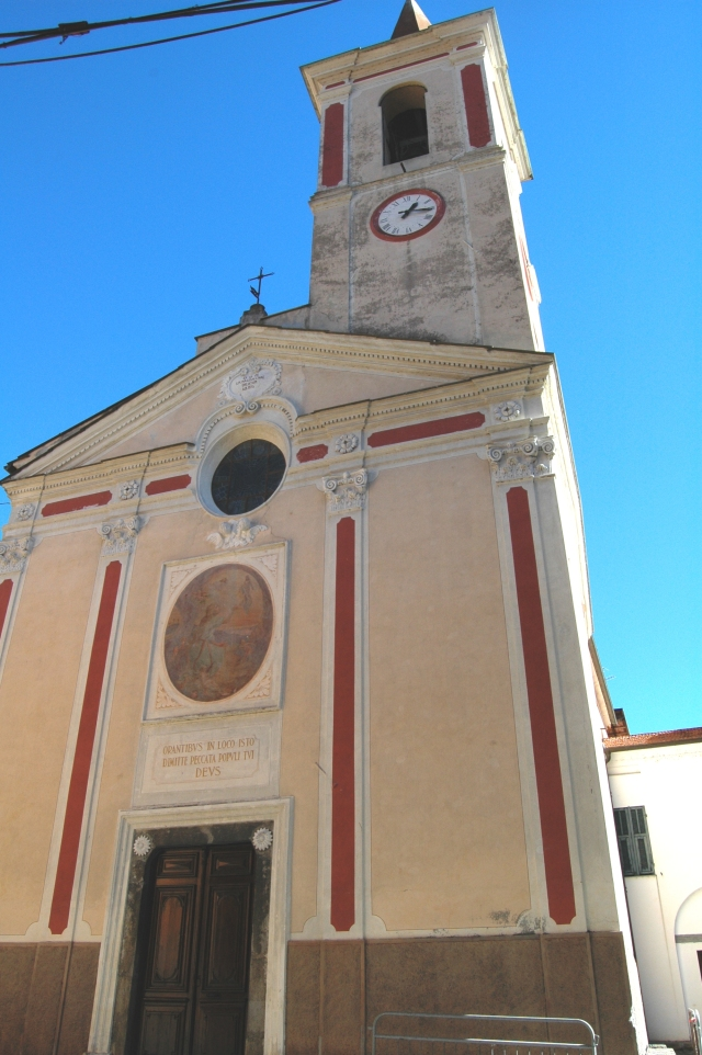 Isolabona (IM), Val Nervia, Chiesa Parrocchiale di Santa Maria Maddalena. La struttura originale è di un edificio del tardo Medioevo, di cui restano le colonne nella cantoria. L'edificio venne ristrutturato nel Settecento, conservando le parti antiche medioevali.