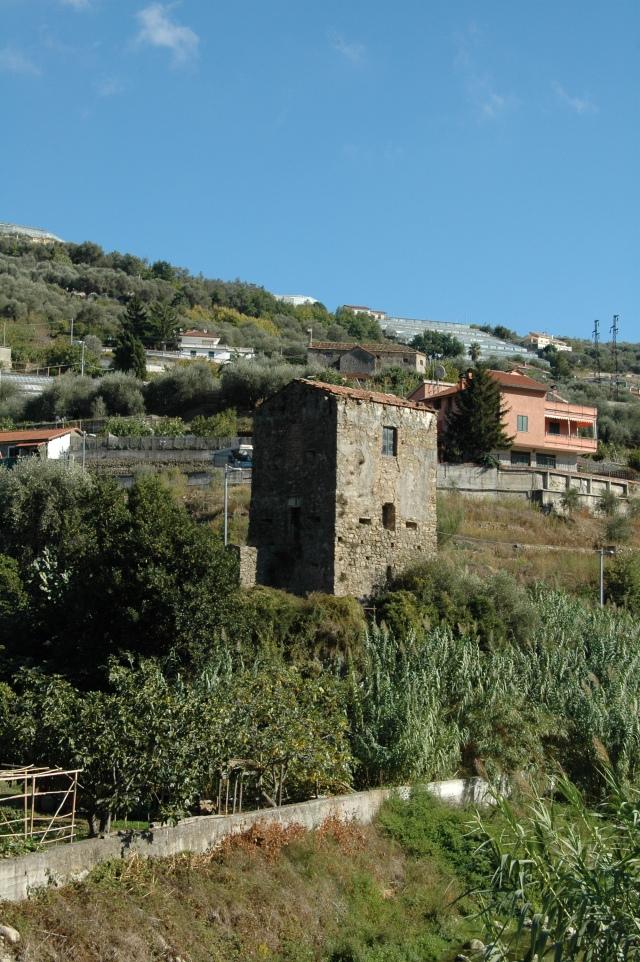 Vallecrosia (IM), centro storico di Vallecrosia Alta (o Vecchia), Torre antiturchesca del XVI secolo: dietro, appena visivile sulla collina la Chiesa (del XIV secolo) della Madonna delle Grazie di San Bernardo
