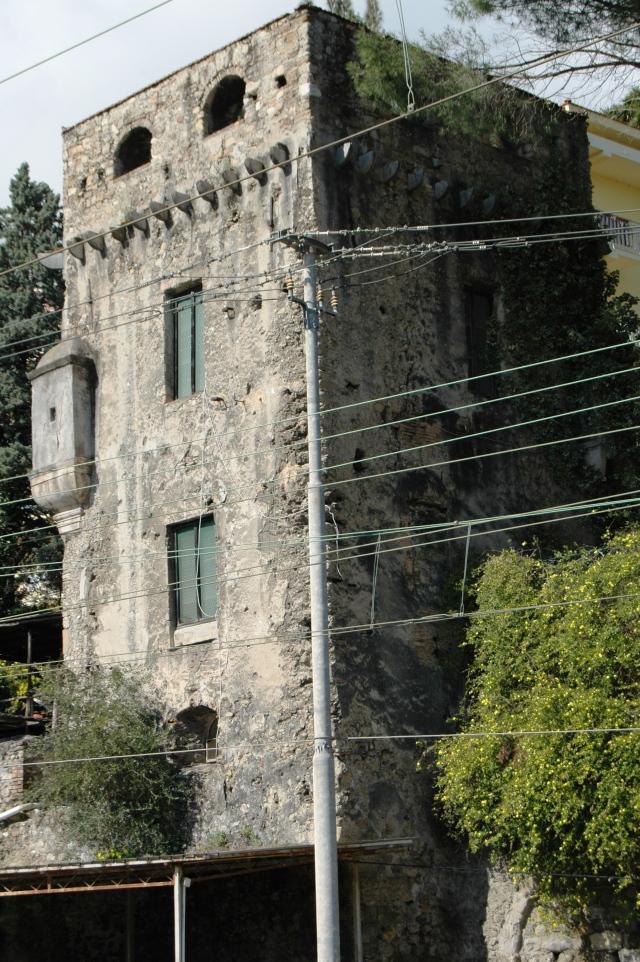 La Torre in questione si situa attualmente nell'area della Stazione Ferroviaria di Ventimiglia (IM), ma un tempo faceva parte del sistema di difesa locale, antiturchesco, soprattutto del vicino Convento di S. Agostino