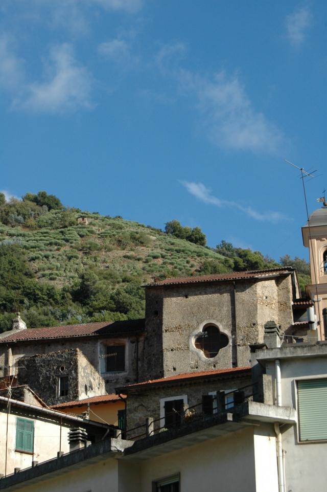 La Chiesa Parrocchiale di S. Antonio Abate sorge nel centro storico di Vallecrosia Alta